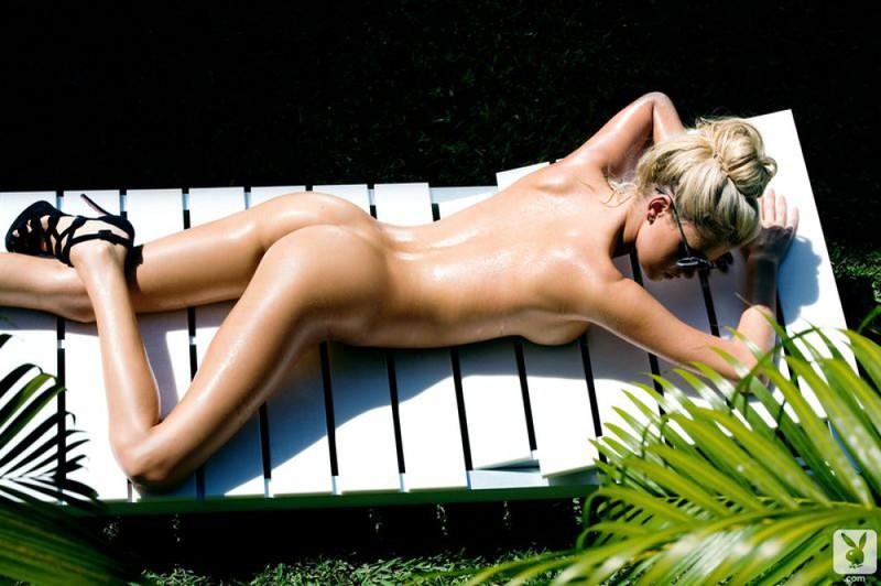 Сексуальная блондинка из Playboy позирует голая в тропиках