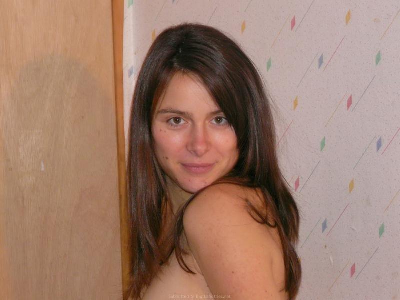 Беременная брюнетка разделась и обмотала талию оранжевым платком 7 фото