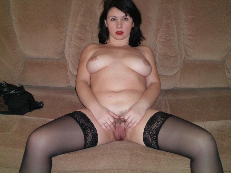 Чернявая мамка обожает сосать пенисы дома 11 фото