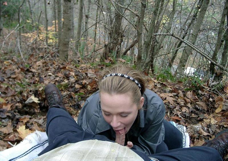 Молодая плутовка сосет член и дрочит его до оргазма себе на лицо в лесу 2 фото