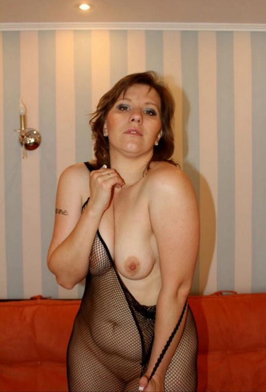 Русская баба в эротическом платье разделась на оранжевом диване 5 фото