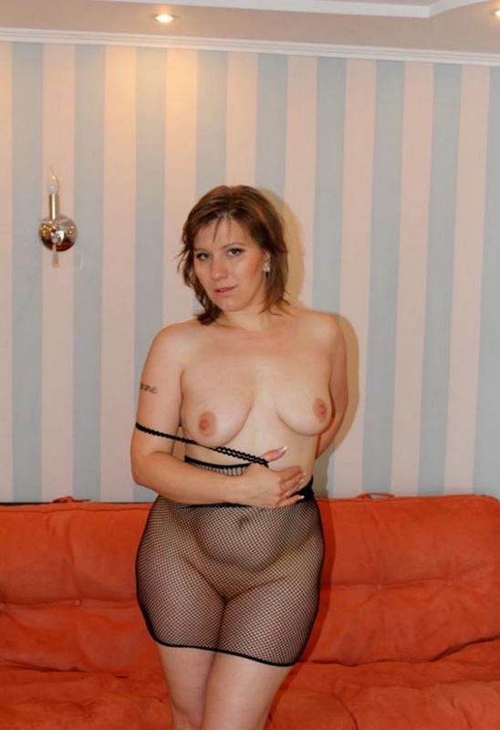 Русская баба в эротическом платье разделась на оранжевом диване 7 фото
