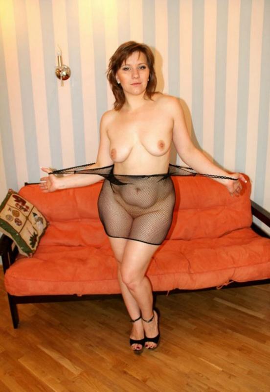 Русская баба в эротическом платье разделась на оранжевом диване 8 фото