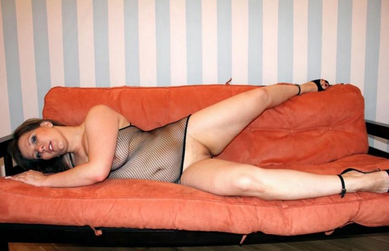 Русская баба в эротическом платье разделась на оранжевом диване 14 фото