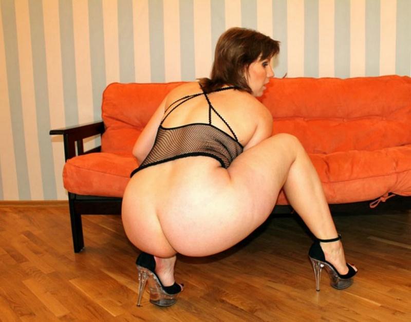Русская баба в эротическом платье разделась на оранжевом диване 20 фото