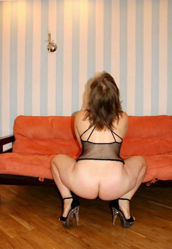 Русская баба в эротическом платье разделась на оранжевом диване 18 фото