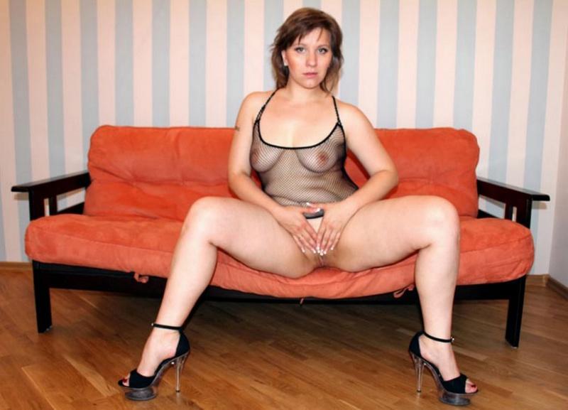 Русская баба в эротическом платье разделась на оранжевом диване 16 фото