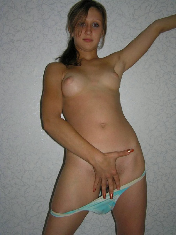 Студентка меда гуляет голышом в комнате общаги 10 фото