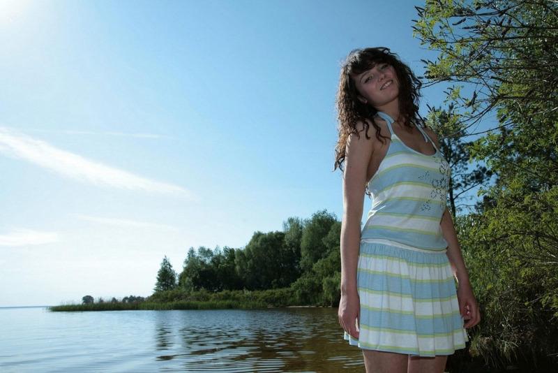 Худая девка позирует на берегу речки 1 фото