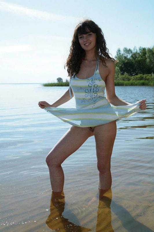 Худая девка позирует на берегу речки 10 фото
