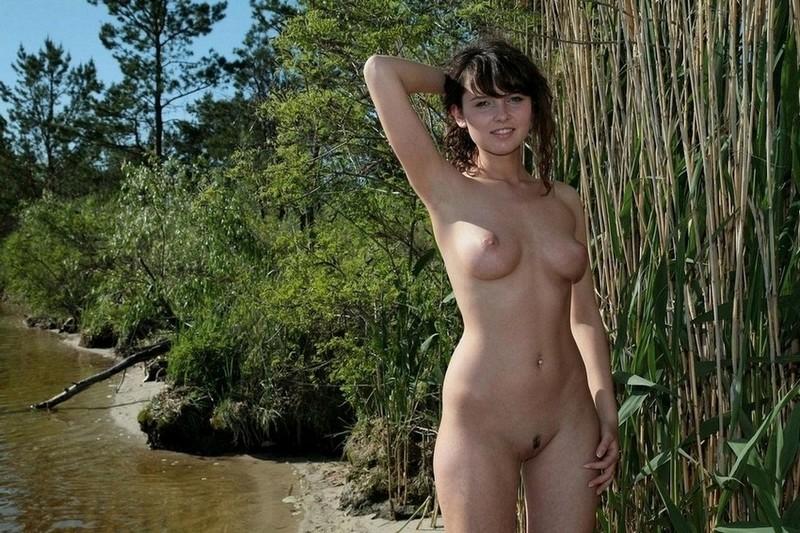 Худая девка позирует на берегу речки 18 фото