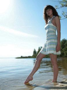 Худая девка позирует на берегу речки
