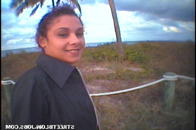 Подружка отсасывает парню во время прогулки по парку 8 фото