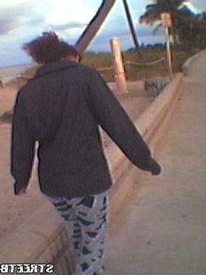 Подружка отсасывает парню во время прогулки по парку