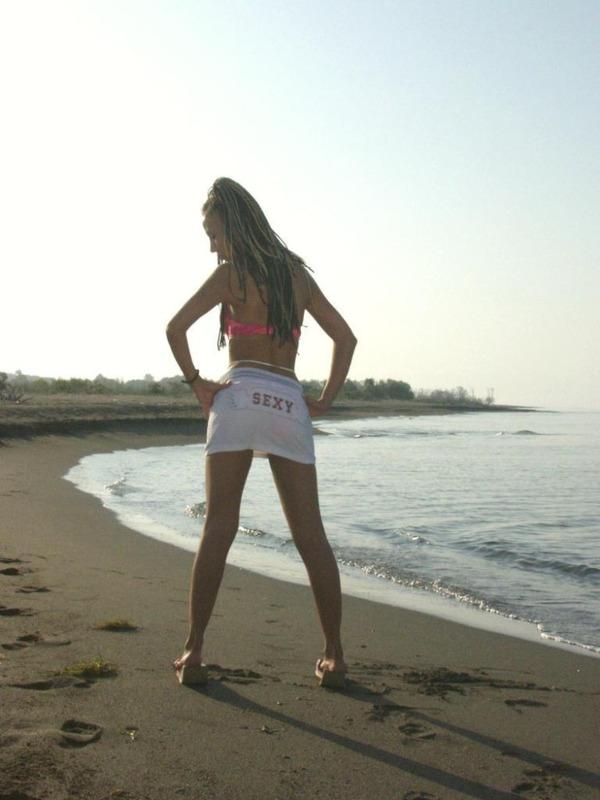 Молодая цыпочка позирует голой на пляже 1 фото