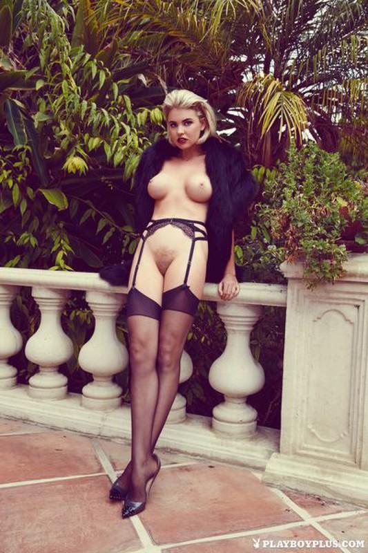 Блондинка в шубе показывает свои прелести на балконе 2 фото