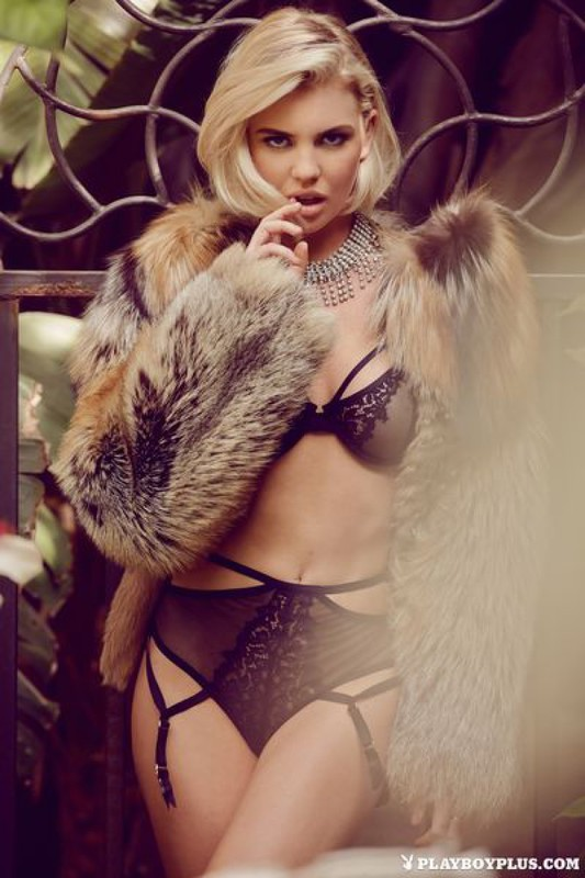 Блондинка в шубе показывает свои прелести на балконе 9 фото