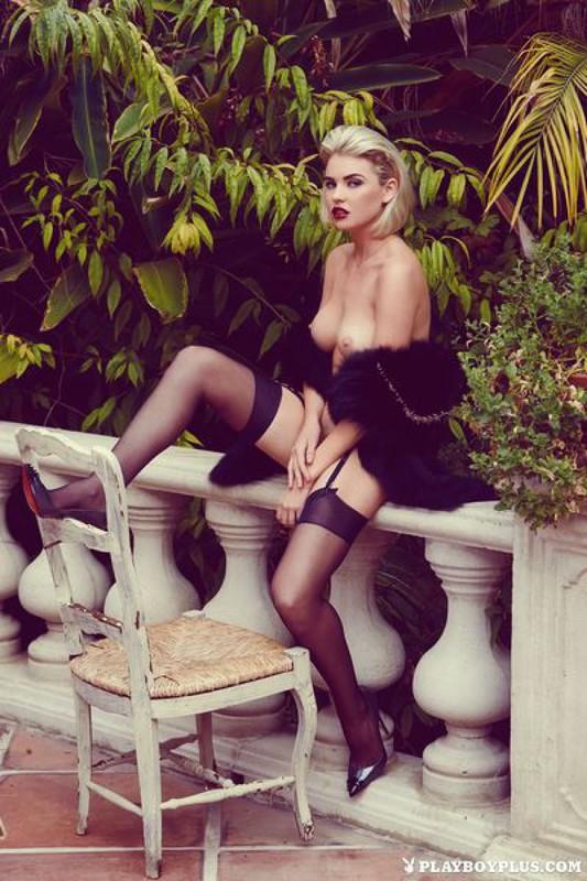 Блондинка в шубе показывает свои прелести на балконе 1 фото