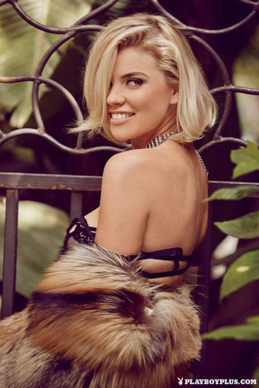 Блондинка в шубе показывает свои прелести на балконе 8 фото