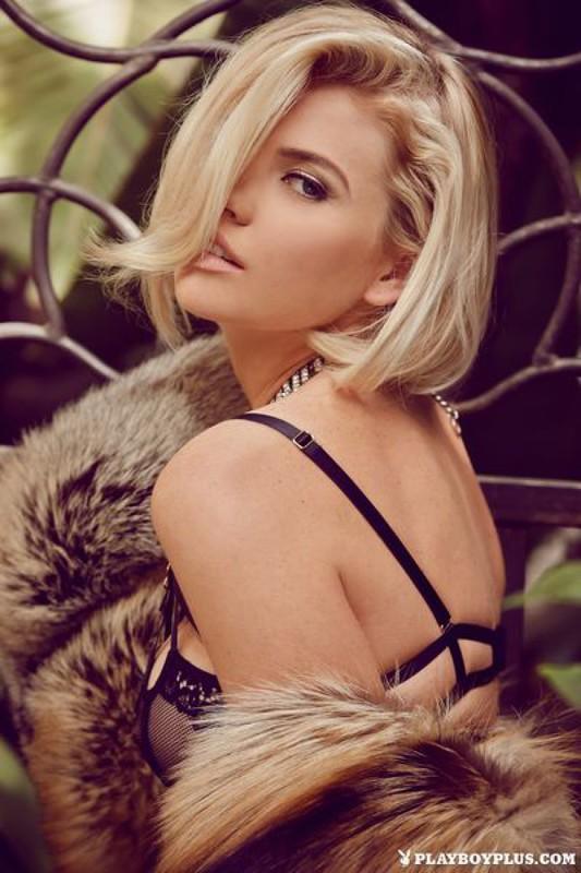 Блондинка в шубе показывает свои прелести на балконе 12 фото
