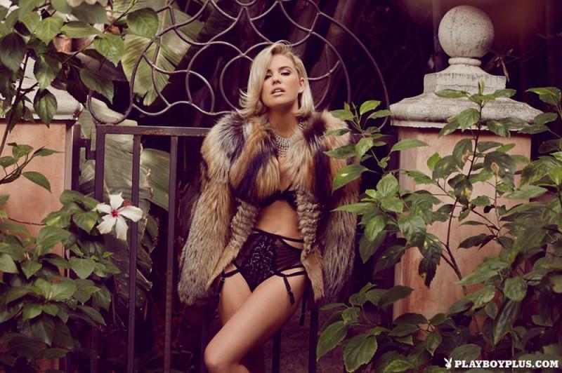 Блондинка в шубе показывает свои прелести на балконе 17 фото