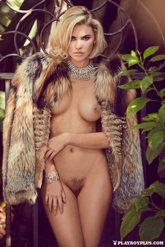 Блондинка в шубе показывает свои прелести на балконе 14 фото