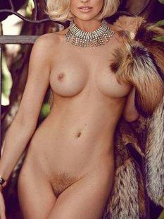 Блондинка в шубе показывает свои прелести на балконе