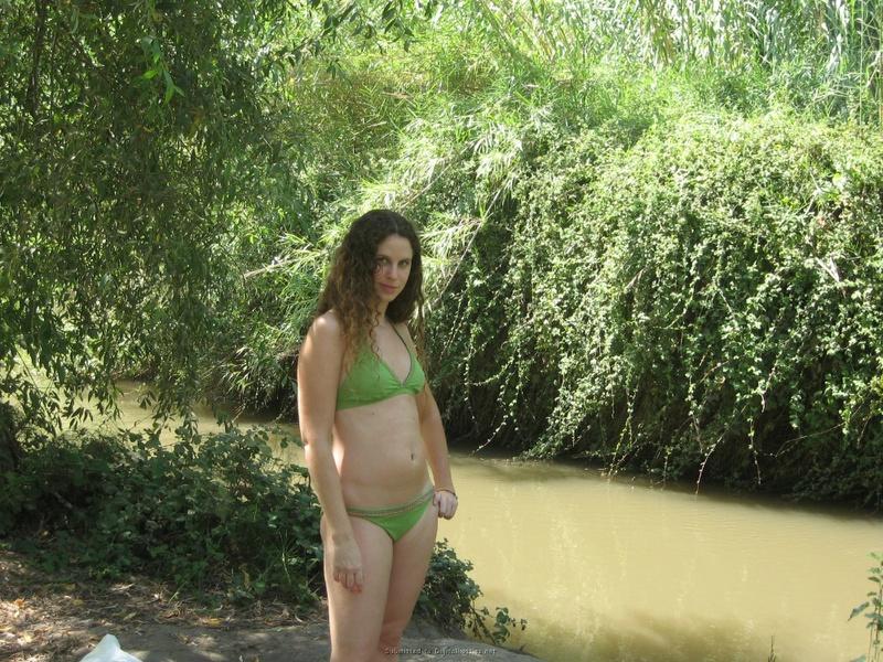 Баба сняла зеленое бельё и помылась в реке голая на глазах парня 1 фото