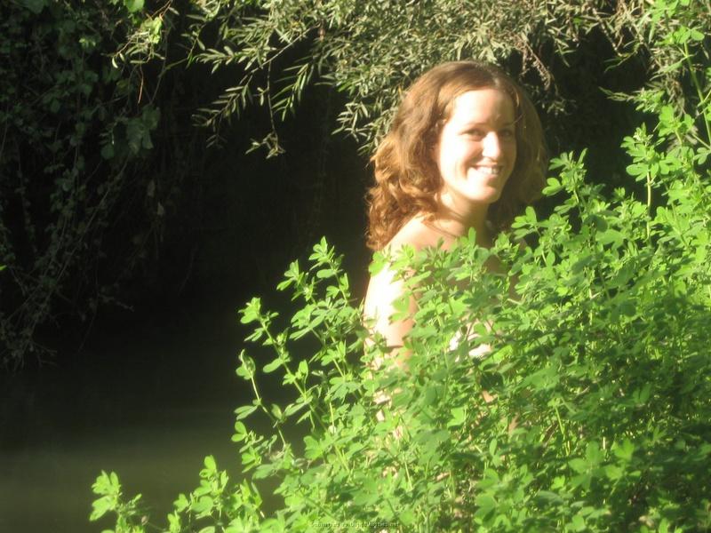 Баба сняла зеленое бельё и помылась в реке голая на глазах парня 4 фото