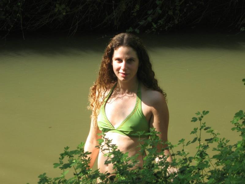 Баба сняла зеленое бельё и помылась в реке голая на глазах парня 5 фото