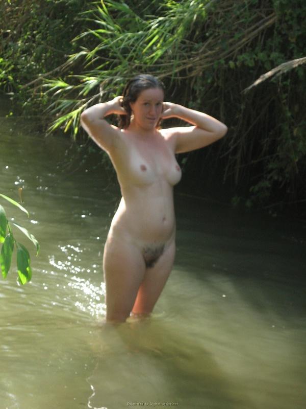 Баба сняла зеленое бельё и помылась в реке голая на глазах парня 16 фото