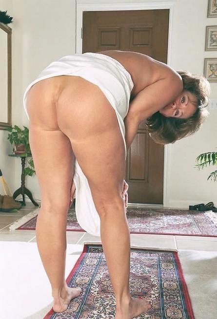 Зрелая американка сняла белое платье и показала волосатую киску 9 фото