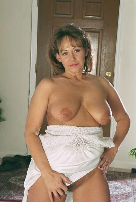 Зрелая американка сняла белое платье и показала волосатую киску 7 фото