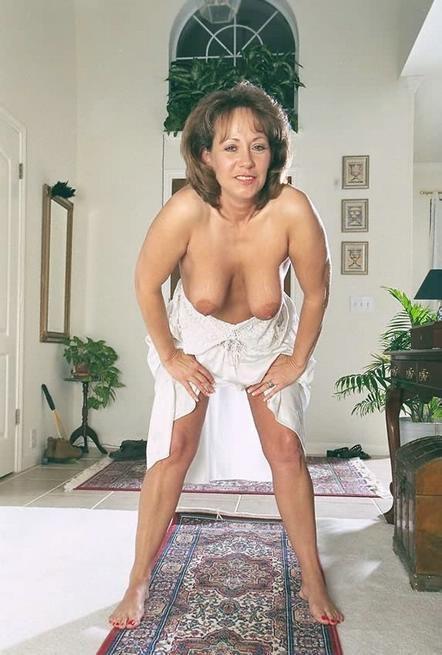 Зрелая американка сняла белое платье и показала волосатую киску 8 фото