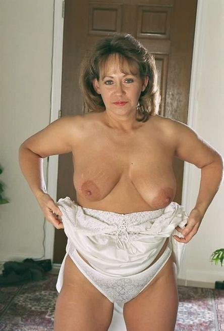 Зрелая американка сняла белое платье и показала волосатую киску 5 фото