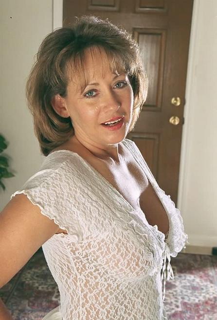 Зрелая американка сняла белое платье и показала волосатую киску 1 фото
