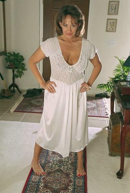 Зрелая американка сняла белое платье и показала волосатую киску 2 фото