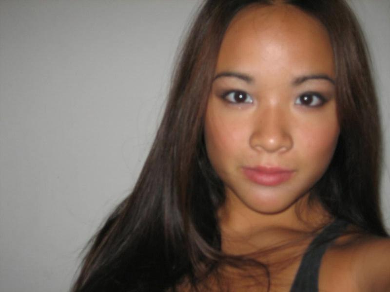 Смазливая азиатка оголяет и мнет сиськи 6 фото