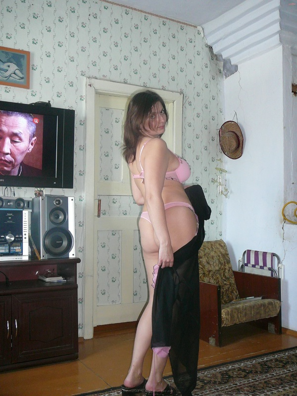 Русская баба примеряет разное белье и позирует голая на камеру 10 фото