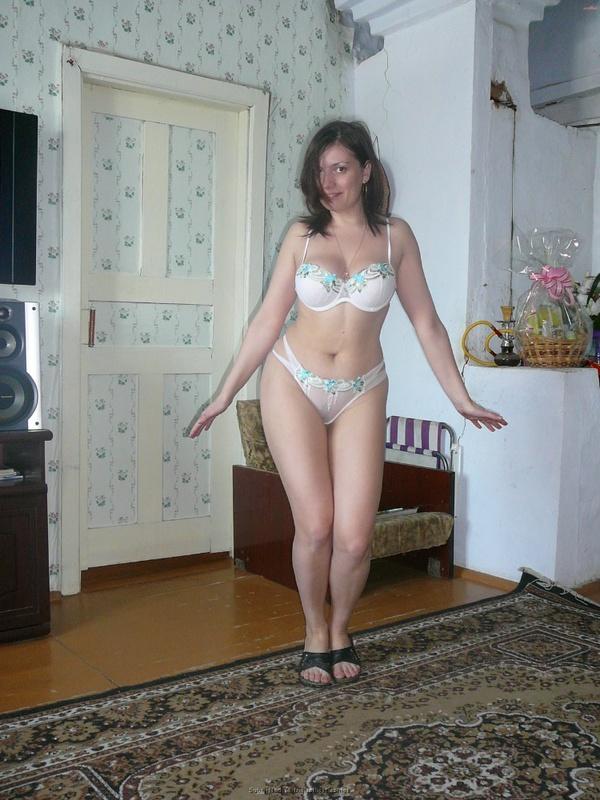 Русская баба примеряет разное белье и позирует голая на камеру 14 фото