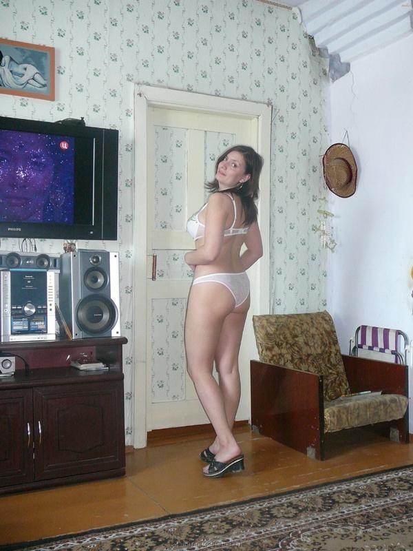 Русская баба примеряет разное белье и позирует голая на камеру 16 фото
