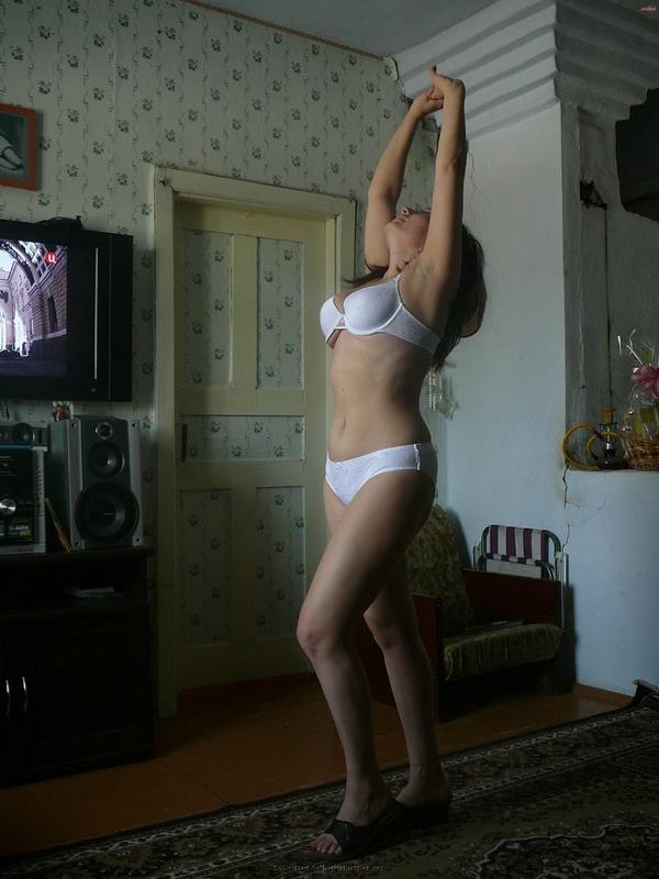 Русская баба примеряет разное белье и позирует голая на камеру 24 фото