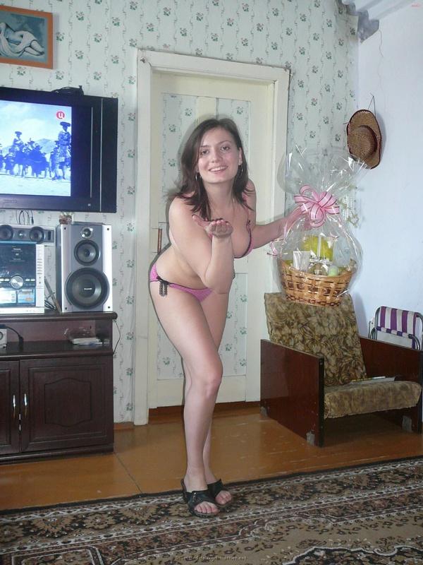 Русская баба примеряет разное белье и позирует голая на камеру 19 фото