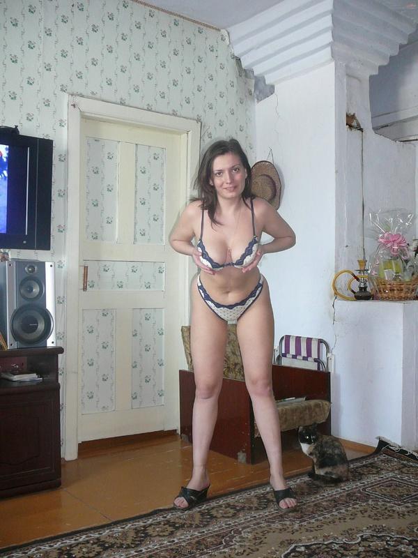 Русская баба примеряет разное белье и позирует голая на камеру 26 фото