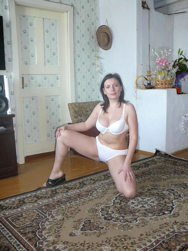 Русская баба примеряет разное белье и позирует голая на камеру 23 фото