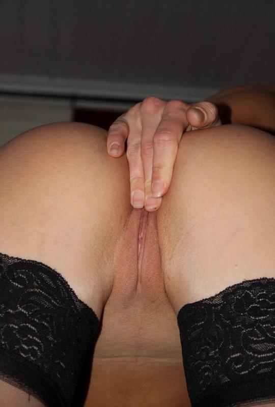Шкодливая блондинка онанирует вагину в чулках 16 фото