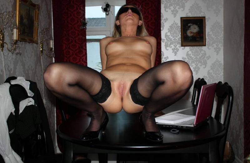 Шкодливая блондинка онанирует вагину в чулках 14 фото