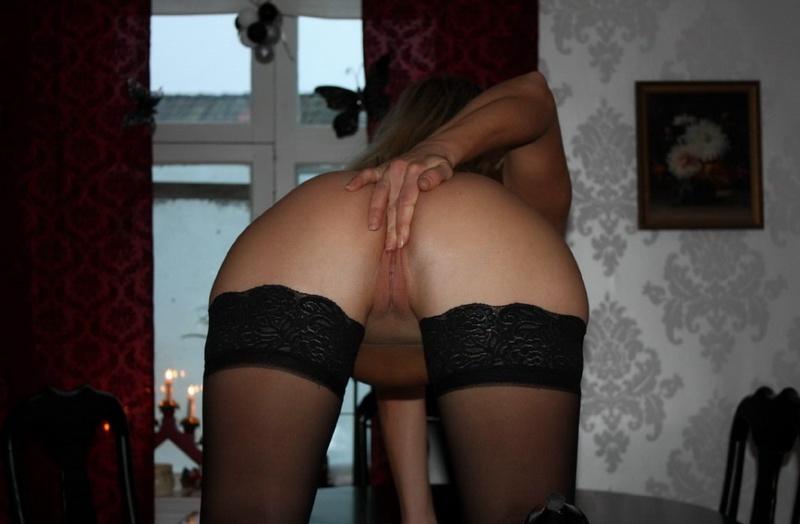 Шкодливая блондинка онанирует вагину в чулках 15 фото