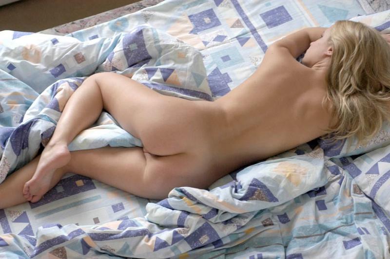 Милая блонди утром в выходной нежится голышом в постельке 2 фото