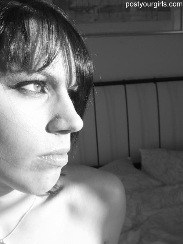 Черно-белые селфи сексуальной брюнетки 7 фото